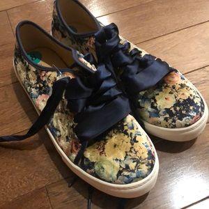 Woman's shoes size 8